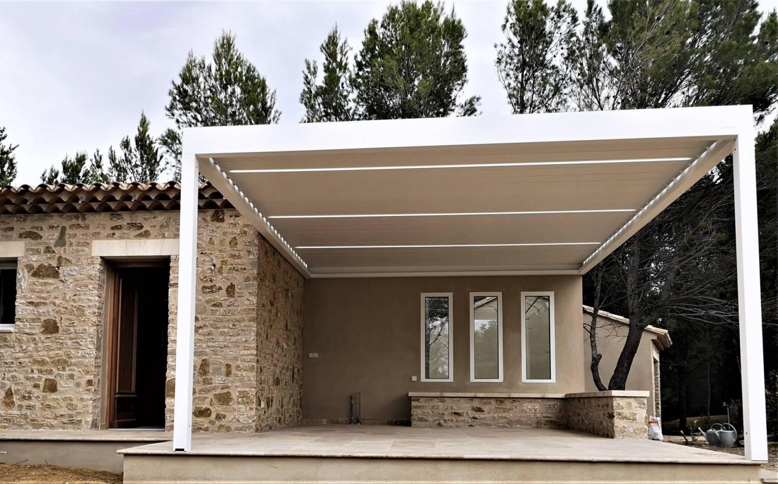 Alu Design Vaison La Romaine pose d'une pergola bioclimatique adossée en façade à vaison