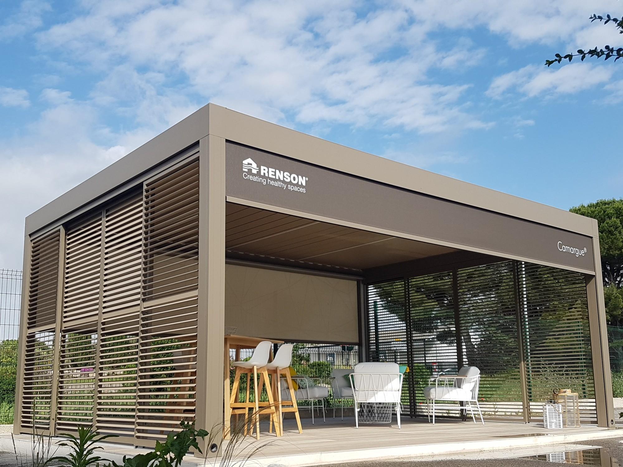 CAMARGUE : la pergola à lames orientables aluminium sur mesure avec éléments latéraux intégrés ...