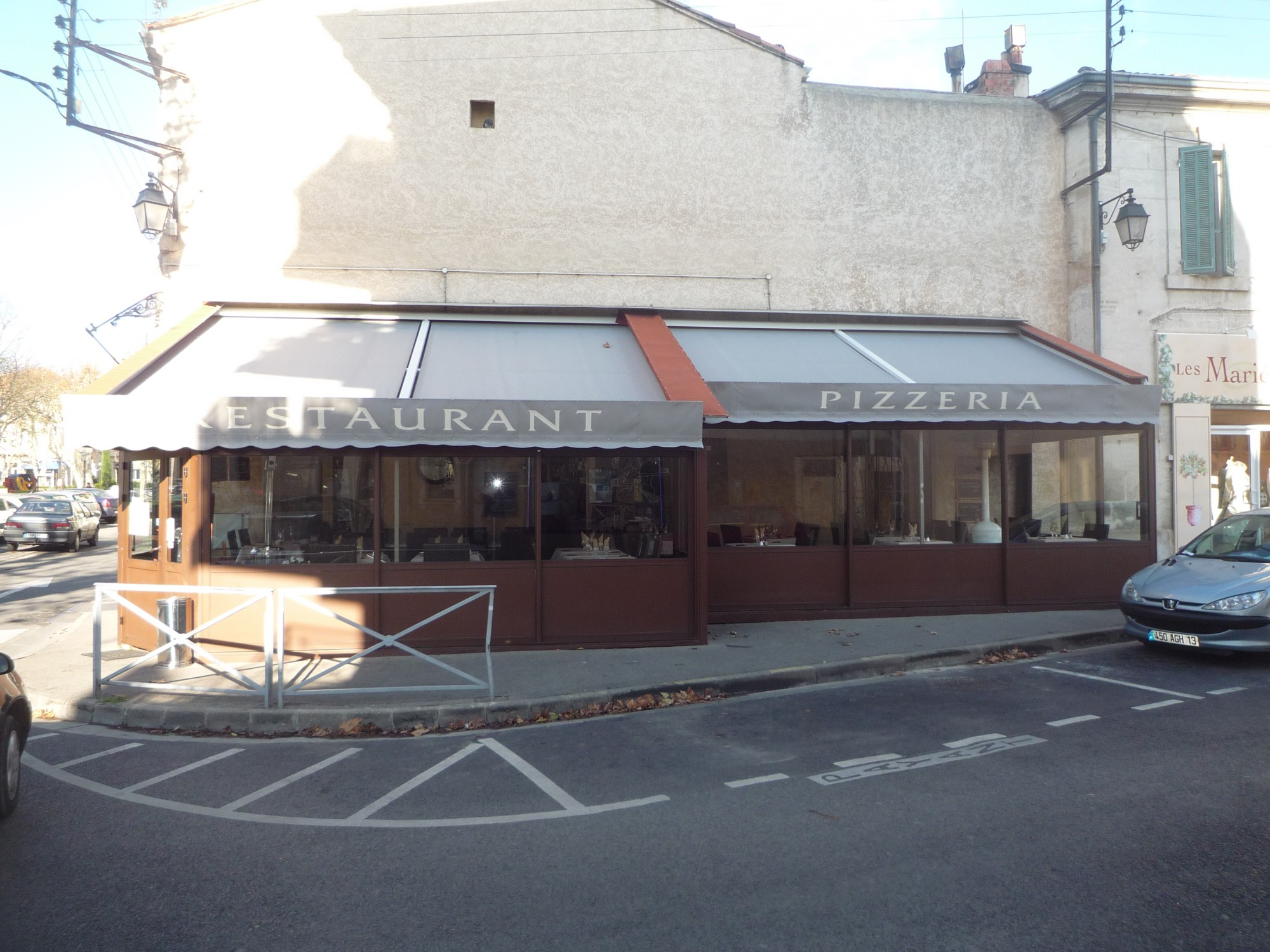 installation d 39 un store de v randa pour terrasse de restaurant salon de provence rossi. Black Bedroom Furniture Sets. Home Design Ideas